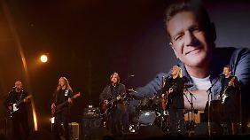 """Adler in Schwarz: Die """"Eagles"""" gedenken ihres verstorbenen Bandmitglieds Glenn Frey."""