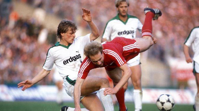 Hier fliegt Karl-Heinz Rummenigge: Uli Borowka in Aktion - am 31. Mai 1984 für Borussia Mönchengladbach im Pokalfinale gegen den FC Bayern - das die Münchner im Elfmeterschießen gewannen.