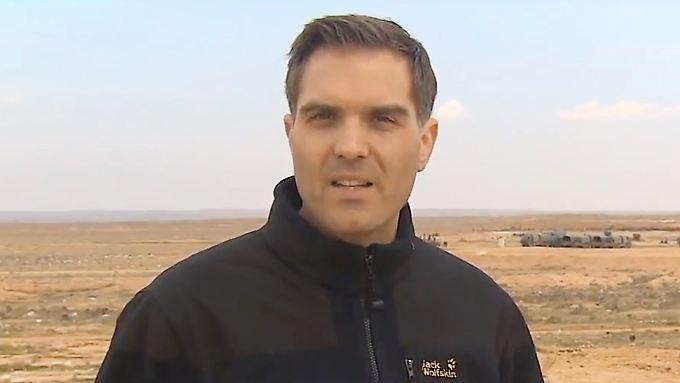 CNN-Reporter Frederik Pleitgen an der Frontlinie in Hama - nur wenige Kilometer von Rakka entfernt.