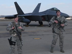 Streng bewacht und abgeschirmt: Die F-22 zählt zu den modernsten Waffensystemen aus den Arsenalen der USA.