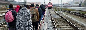 Diese Flüchtlinge warten in Passau auf einen Sonderzug in Richtung Düsseldorf.