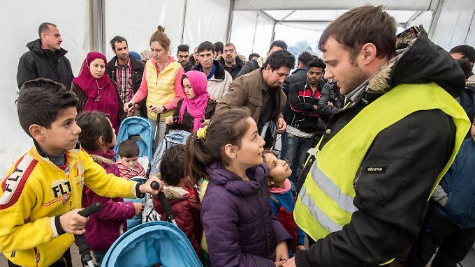 Flüchtlinge aus Afghanistan und Pakistan warten im hessischen Limburg an der Lahn auf die Essensausgabe.