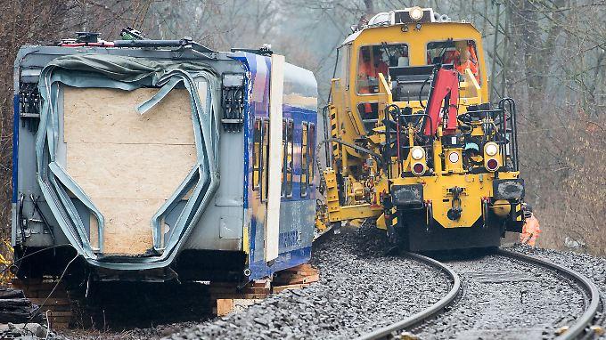Aufräumarbeiten abgeschlossen: Ein Spezialzug zur Reparatur der Gleise passiert die Unglückstelle.