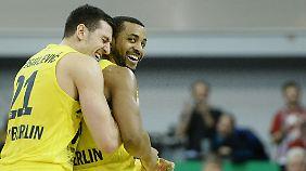Albas Dragan Milosavljevic (l.) freut sich mit Jordan Taylor über dessen entscheidenden Korb.