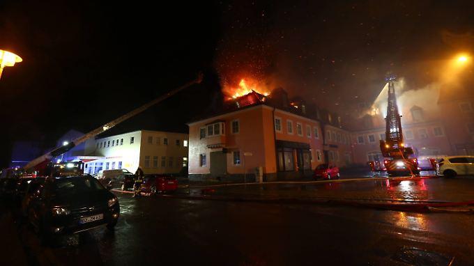 Feuer offenbar absichtlich gelegt: Gaffer beklatschen Brand eines Asylheims in Bautzen