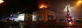 Feuer offenbar absichtlich gelegt: Schaulustige beklatschen Brand eines Asylheims in Bautzen