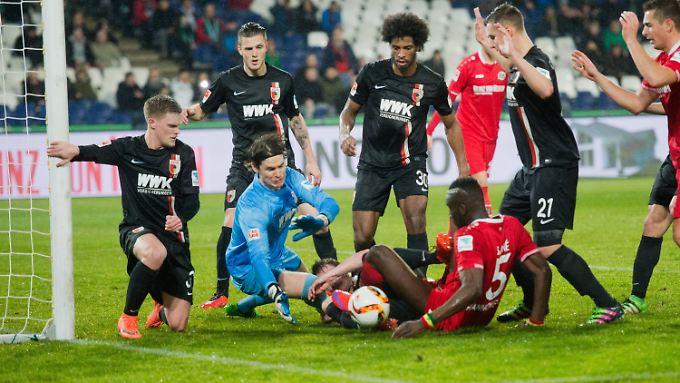 Hannover gab alles, um an den Ball zu kommen - doch Augsburg saß am längeren Hebel.