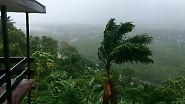 Der Regen prasselte ohne Unterlass, Orkanböen pfiffen und Wellblechdächer krachten mit lautem Getöse zu Boden.