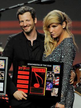 """Bei den ASCAP Awards 2011 freuten sich Kesha und Dr. Luke noch zusammen über die Auszeichnung als """"Songwriter of the Year""""."""