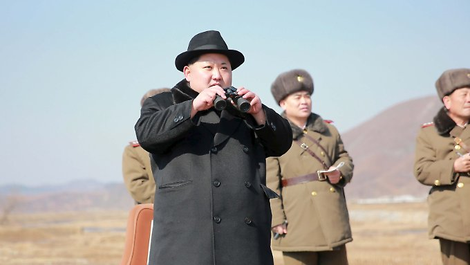 Kim Jong Un inspiziert eine Übung seiner Luftwaffe.
