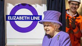 Die Queen setzt farbliche Akzente.