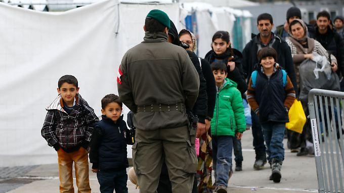 In Spielfeld wird streng ausgesiebt. Österreich akzeptiert 80 Asylanträge pro Tag. Wer nach Deutschland will, muss die richtige Antwort geben.