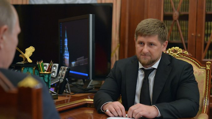 Treffen im Kreml: Putin (links) spricht mit Kadyrow.