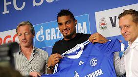 Als Hoffnungsträger kam Boateng 2013 von Mailand nach Schalke, hier mit Trainer Jens Keller und Manager Horst Heldt.