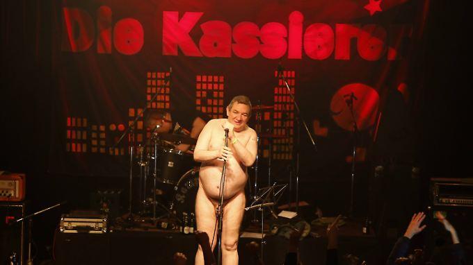 """Das wird der ESC auf jeden Fall verpassen: Wolfgang """"Wölfi"""" Wendland bei einem Auftritt der Band Die Kassierer."""
