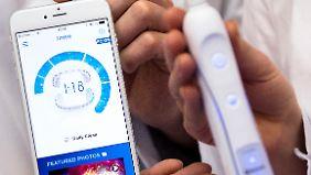 Einige Modelle von Oral-B kann man per Bluetooth mit einer Smarthphone-App verbinden, die etwa die Putzzeit anzeigt. Bluetooth hat aber nichts mit Zähneputzen zu tun, sondern ist nach Wikingerkönig Harald Blauzahn benannt.