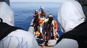 Ankara stimmt Flüchtlingsrückführung zu: Nato-Einsatz gegen Schlepper kann beginnen