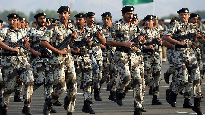 Soldaten der saudischen Nationalgarde marschieren bei einer Parade mit deutschen MP5-Maschinenpistolen von Heckler & Koch.
