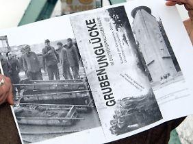 Plakat zur Ausstellung Grubenuglücke. Ein Toter wird aus Schacht Grimberg 3/4 geborgen.