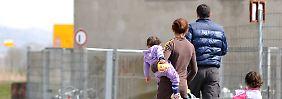 Asylbewerber wie diese Familie in Tübingen müssen künftig strengere Anforderungen erfüllen.