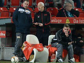 Bis zu seiner Rückkehr wird Lewandowski von seinen Ko-Trainern André Hofschneider (m.) und Sebastian Bönig (r.) vertreten.