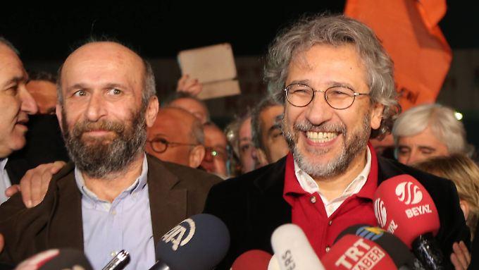 Erdem Gül und Cem Dündar nach ihrer vorläufigen Freilassung.