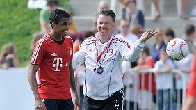 Luiz Gustavo (l.) empfand die halbjährige Zusammenarbeit mit Louis van Gaal bei den Bayern als sehr erquickend.