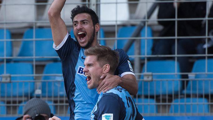 Bejubeln den knappen 3:2-Heimsieg der Bochum: Onur Bulut und Torjäger Simon Terodde.