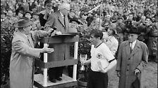 Rimet überreicht 1954 noch Fritz Walter seine WM-Trophäe, ehe er, 80-Jährig, nach 33 Jahren an der Fifa-Spitze, zurücktritt.