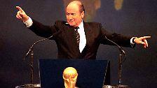 24 Jahre später wird Joseph S. Blatter 1998 in Paris, dem Gründungsort der Fifa, zum Verbandspräsidenten gekürt. Zuvor ist der Schweizer seit 1975 auf Betreiben von Adidas Entwicklungssekretär und seit 1981 Generalsekretär bei der Fifa gewesen.