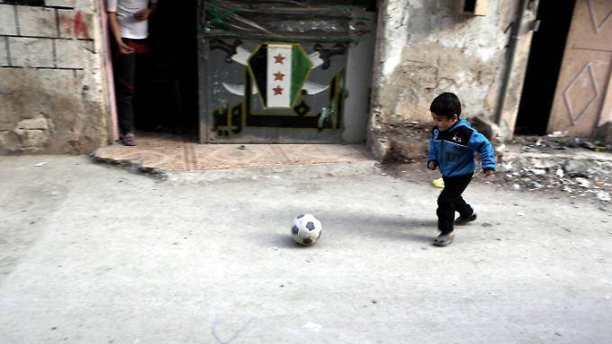 Ein Junge spielt in einer Gasse der von Rebellen besetzten Stadt Latakia.