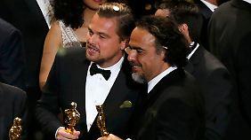 Iñárritu und DiCaprio feiern ihre beiden Oscars.