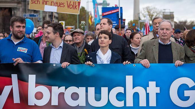Die AfD wird noch so lange eine Rolle in der Parteienlandschaft spielen, wie der Veränderungsprozess in Deutschland anhält, vermutet Psychologe Kliche.