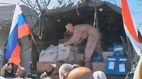 Brüchige Waffenruhe in Syrien: Russische Soldaten verteilen Hilfsgüter