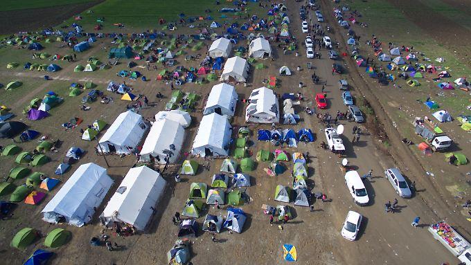 Tausende Menschen sitzen in Idomeni fest.