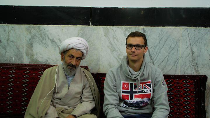 Carsten Rose mit einem Geistlichen in einer Moschee in Abbasabad.