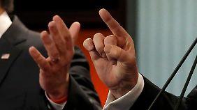 Finger im Vergleich: links Rubio, rechts Trump.