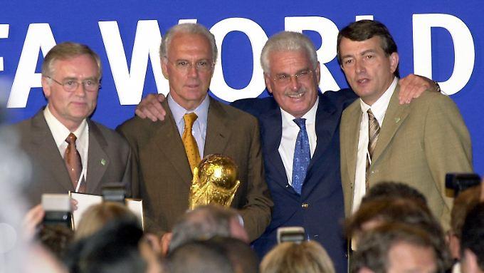 Bild aus besseren Zeiten: Die WM-Bewerber Horst R. Schmidt, Franz Beckenbauern, Fedor Radmann und Wolfgang Niersbach posieren nach dem erfolgreichen Zuschlag im Jahr 2000.