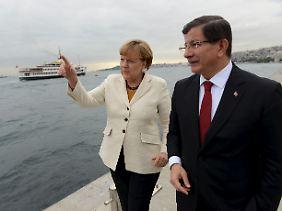 Merkel mit Ministerpräsident Davutoğlu. Die Kanzlerin war wiederholt in der Türkei, um den Aktionsplan der EU voranzubringen.