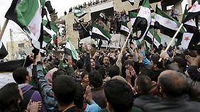 Regimegegner nutzen die Waffenruhe, um gegen die Regierung zu protestieren.