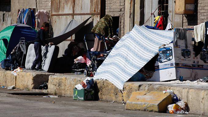 Flüchtlinge campieren im Hafen von Piräus.