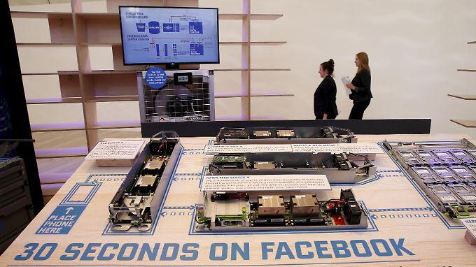 Was passiert hinter den Kulissen? Mit einem Demonstrationsmodell erläutert Facebook in Berlin die Abläufe einer typischen Nutzerabfrage.