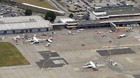 Stückwerk am BER: Vor dem Terminal D (l) soll das künftige Regierungsterminal entstehen.