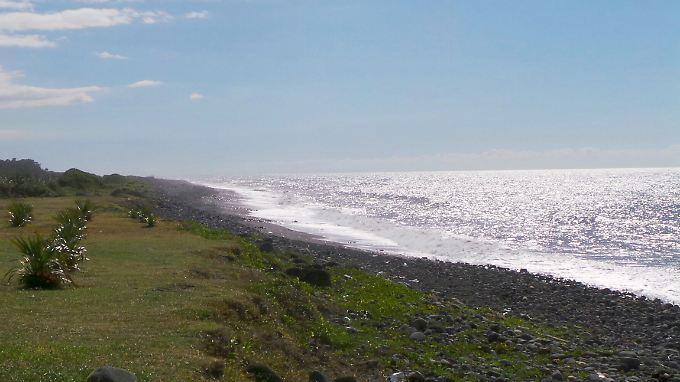 """Die Nordostküste von La Réunion bei Saint-André: Hier schwemmt das Meer Hinweise auf eines der """"größten Rätsel unserer Zeit"""" an."""