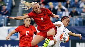 Für die Deutschen dürfte der Sieg gegen England eine Genugtuung sein: Mandy Islacker am Ball.