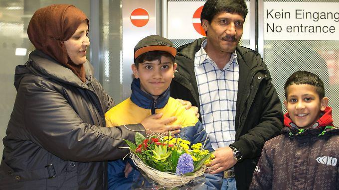 Wiedersehen am Flughafen Hannover: Die Familie ist wieder vereint.