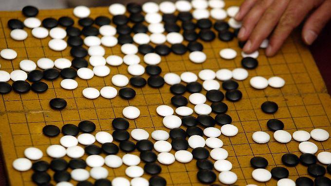 Komplexer als Schach und für Computer eine besondere Herausforderung: das Brettspiel Go.