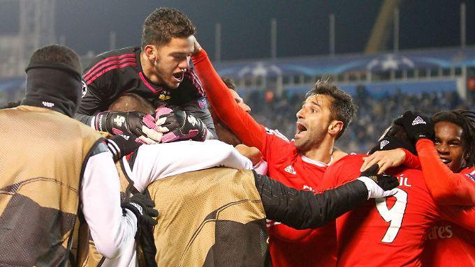 Die Benfica-Spieler feiern den Einzug ins CL-Viertelfinale.