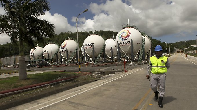 Flüssiggastanks in Esmeraldas im Norden von Ecuador.