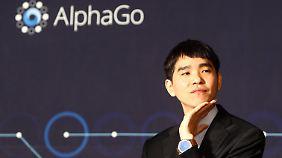"""Lee Sedol wirkte schon nach der ersten Niederlage gegen """"AlphaGo"""" ratlos."""